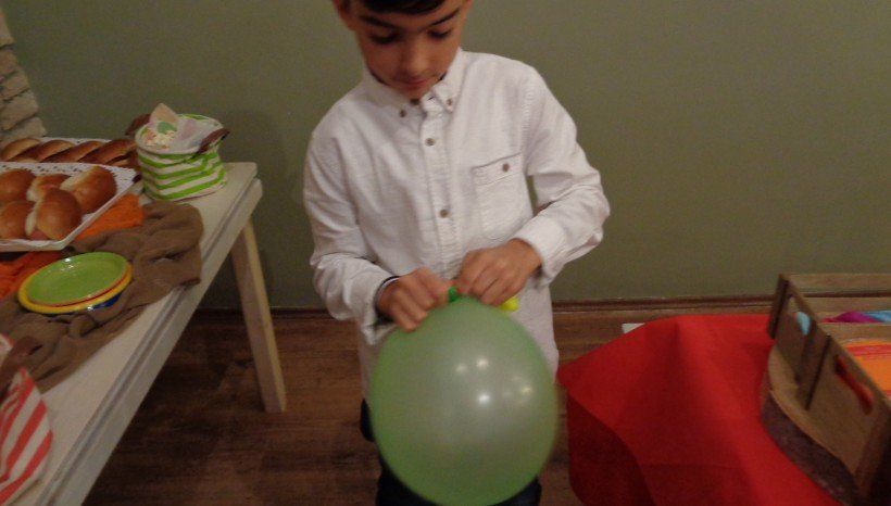 ο εορτάζον παλέυει με τα μπαλόνια