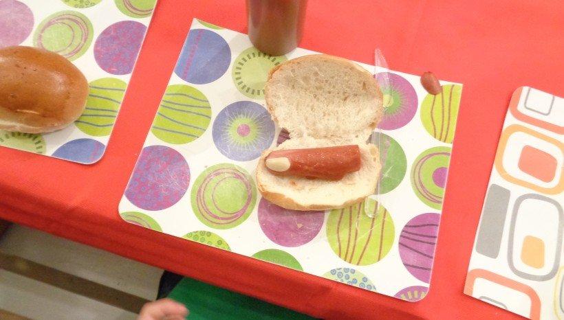 τρομαχαχτικό δαχτυλάκι με λουκάνικο γαλοπούλας και μπριός ψωμάκι. Λεπτομέρια το αίμα από κέτσαπ!