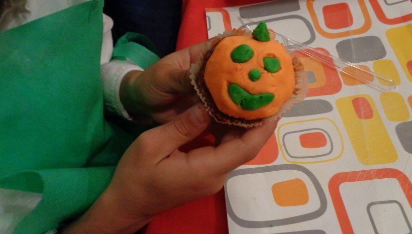 Στολίσαμε το cup cake μας και το φτιάξαμε κολοκύθα!