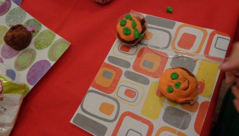 cup cake μήλου καρότου. Στο εραστήριο μαγειρικής μάθαμε πώς δουλεύετε η ζαχαρόπαστα