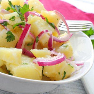 Πατατοσαλάτα με κόκκινη πιπεριά, λεμόνι και ελαιόλαδο