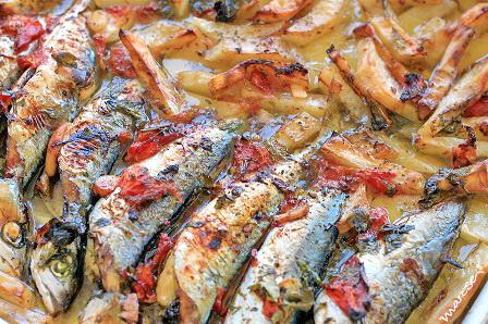 Ψιλό ψάρι εποχής, με φρέσκια ντομάτα, κρεμμύδι και μαϊντανό